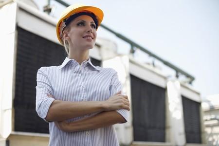 belarusian ethnicity: Arquitecto femenina de pie con los brazos cruzados  Foto de archivo