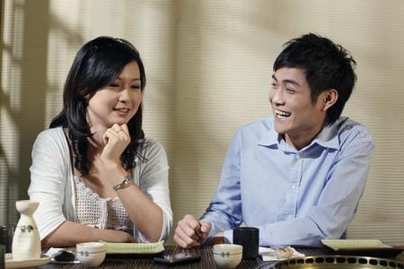 Hombre y mujer, conversando y riendo en un restaurante  Foto de archivo - 8149315