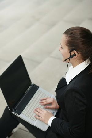 Businesswoman with Headset mit laptop Standard-Bild - 8148401