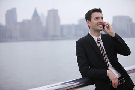 전화로 이야기하는 사업가