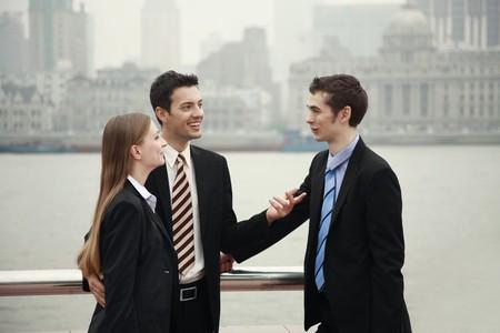 talking businessman: Gente de negocios hablando con cada otro al aire libre