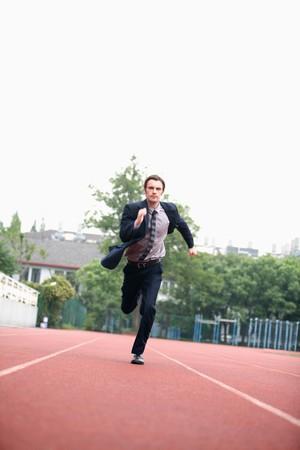 pista de atletismo: Hombre de negocios que se ejecutan en pista