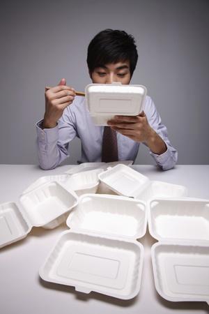 hombre comiendo: Hombre comiendo saca de almuerzo  Foto de archivo