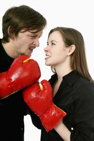 fighting women: Hombre y mujer con guantes de boxeo fijamente mutuamente
