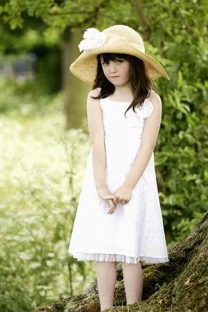 kapelusze: Dziewczyna z kapelusz stanowiÄ…ce dla aparatu
