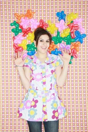 sculpted: Vrouw poseren met gebeeldhouwde ballonnen achter haar Stockfoto
