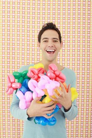 sculpted: Man met een armful van gebeeldhouwde ballonnen