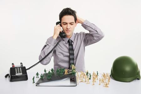answering phone: Empresario, rascarse la cabeza mientras responder a llamadas telef�nicas