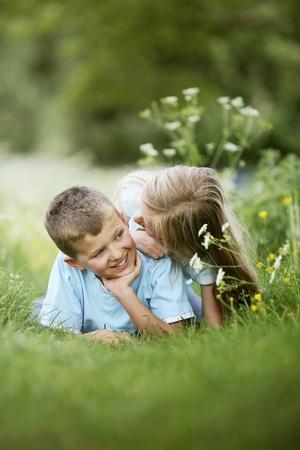 Jongen en meisje op zoek naar elkaar