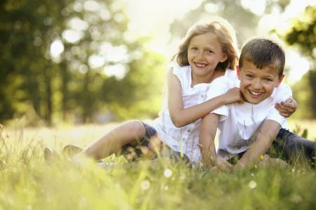 Jongen en meisje met plezier in het park