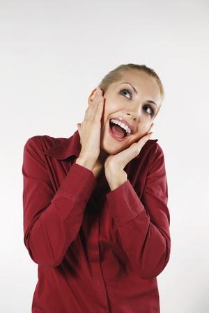 belarusian ethnicity: Empresaria con ella manos sobre las mejillas mientras sonriendo