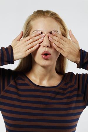 belarusian ethnicity: Mujer que cubre los ojos con las manos Foto de archivo