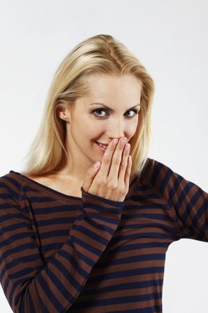 belarusian ethnicity: Mujer que cubre la boca con la mano mientras sonrientes