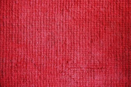 赤いウールの布の縫い目