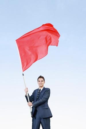 gente saludando: Empresario ondeando una bandera roja