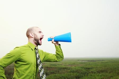 hombre megafono: Empresario gritando a trav�s de un meg�fono Foto de archivo