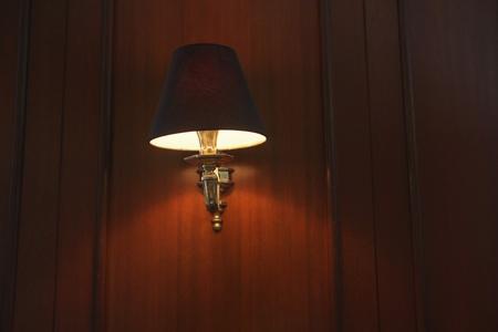 pared iluminada: L�mpara de pared iluminada en un hotel Foto de archivo