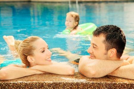 central european ethnicity: Hombre y mujer relajante en el borde de la piscina Foto de archivo