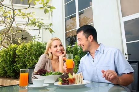 central european ethnicity: Hombre y mujer con una comida en un restaurante al aire libre Foto de archivo