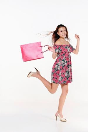 Femme sauter joyeusement après magasinage Banque d'images