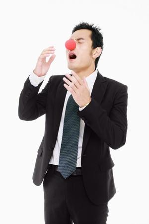 nariz roja: Empresario con nariz roja a estornudar