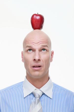 hombre calvo: Hombre mirando apple en la parte superior de la cabeza Foto de archivo