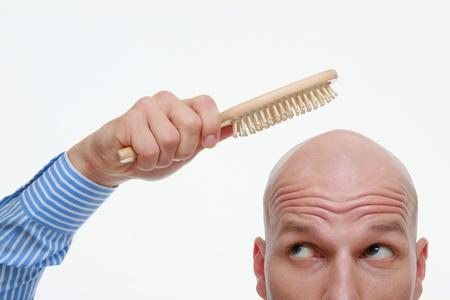 hombre calvo: Hombre Calvo peinar su cabeza Foto de archivo