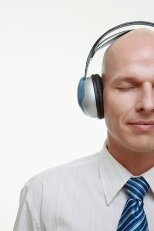 casque audio: Homme d'affaires avec des �couteurs sur