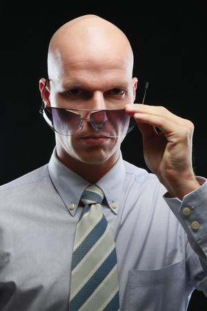 Uomo regolando gli occhiali da sole