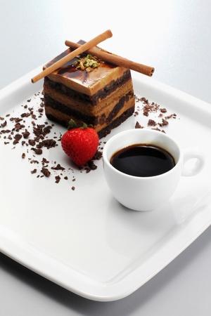 cafe y pastel: Capas de chocolate caf� pastel con una taza de caf�