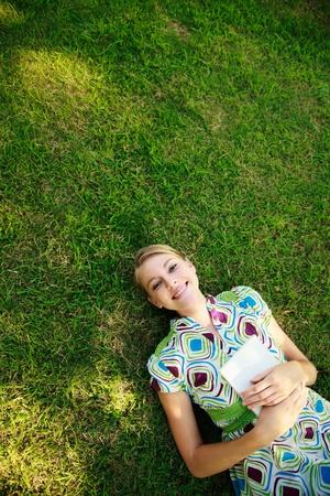 Vrouw ontspannen in het park