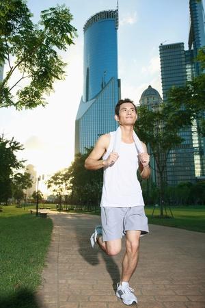 personas trotando: Hombre de jogging en el Parque Foto de archivo