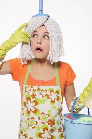 schoonmaakartikelen: Vrouw met mop op haar hoofd een emmer van reinigingsproducten uitvoering