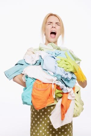 ama de casa: Mujer con una pila de ropa Foto de archivo
