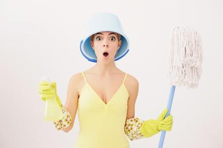 spr�hflasche: Frau mit Eimer auf Kopf holding Mop und Spray-Flasche