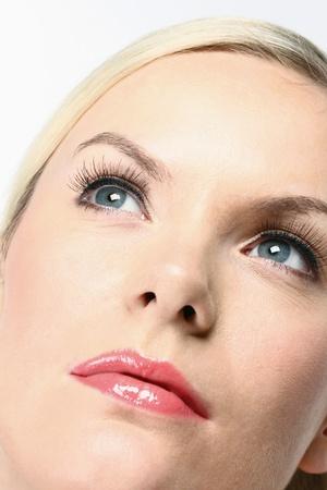 femme regarde en haut: Femme regardant