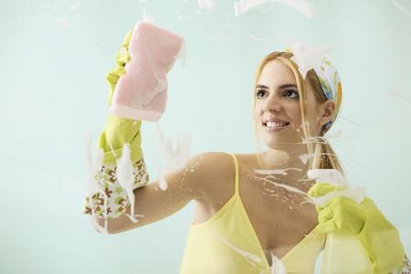 felicidade: Woman cleaning window