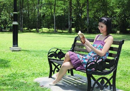 mujer leyendo libro: Libro de lectura de la mujer en el Parque