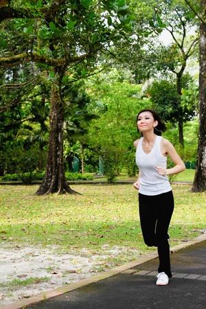 hacer footing: Mujer jogging con reproductor de MP3