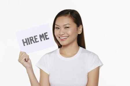 Donna in possesso di cartello con il testo 'ingaggiarmi'