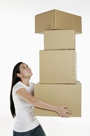 imbalance: Vrouw die stapel dozen Stockfoto