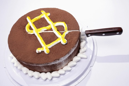 Knife cut into a cake with dollar sign Standard-Bild
