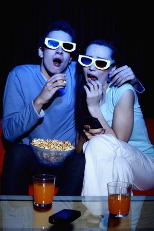 suspenso: El hombre y la mujer, viendo la película en 3D Foto de archivo