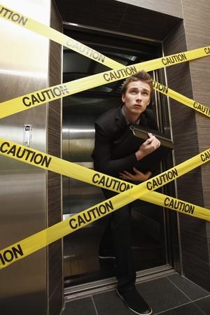 승강기: 코르 녹화 엘리베이터 밖으로 몰래 사업가