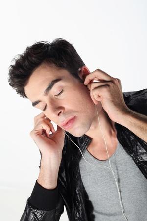 eyes closing: Hombre cierre los ojos mientras escucha m�sica en el reproductor de MP3 Foto de archivo
