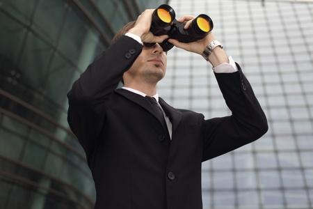 central european ethnicity: Empresario busca a trav�s de binoculares Foto de archivo