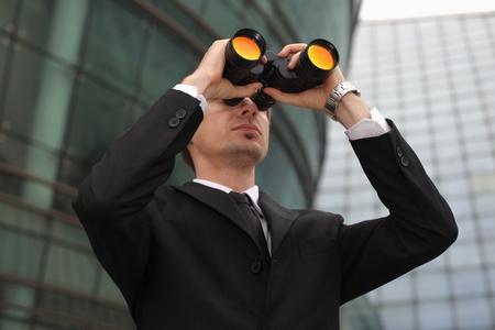 Empresario busca a través de binoculares
