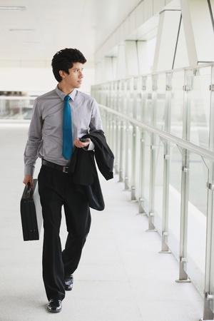 Businessman walking in a corridor Banque d'images