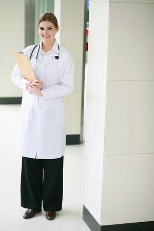 lab coat: Medico con camice sorridente
