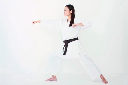 defensa personal: La mujer en el karate uniforme